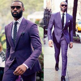 2019 traje hermoso de los hombres de la boda Beautiful Purple Groom Tuxedos Groomsmen Solapa enarbolada Mejor traje de hombre Hombres de boda Dos botones Blazer Se adapta a la medida (chaqueta + pantalón) rebajas traje hermoso de los hombres de la boda