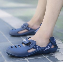 2019 sapatas grandes dos pés Nova Praia Oco Jogando Sapatos Masculinos Respirável e Não-slip Hole Shoes Tamanho Grande Embrulhado Pés Sandálias Super Leve desconto sapatas grandes dos pés