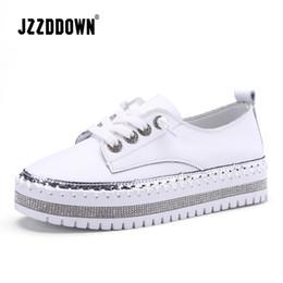 2fcd956f2a JZZDDOWN Genuíno Couro De Casamento tênis na plataforma Senhoras Macias  Sapato De Couro Casual Mulheres Sapatos Brancos Sapatilhas Planas mulheres