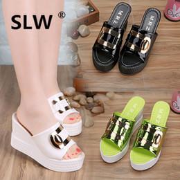 2020 zapatillas de pescado Med Peep Toe cuña verano Moda Metal Decoración Cuñas de goma de las mujeres Sólido Diapositivas zapatilla enredadera de pescado modis caucho mujer rebajas zapatillas de pescado