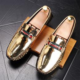 Encantos del zapato de la boda online-Nueva moda de lujo diseñador hombres brillo encantador riband Gommino zapatos casuales vestido de boda masculino regreso a casa mocasines mocasines