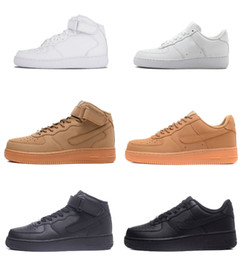 2019 Alta qualità Nuove forze classiche Classiche All High and low White black Wheat uomo donna Scarpe da ginnastica sportive Scarpe Forcing sneakers da skate da scarpe di grano fornitori