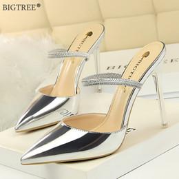 2019 scarpe di pantofole d'argento Pantofole da donna 2019 Summer Silver in metallo color sandali Slingback con tacchi alti muli esterni con cinturino alla caviglia scarpe di pantofole d'argento economici