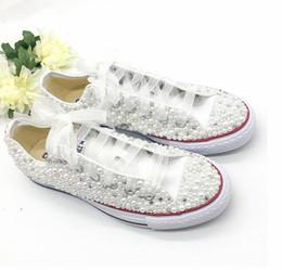 2020 sposa scarpe piane da sposa Perle di lusso sposa scarpe da sposa 2019 a mano in rilievo per adulti all'aperto spiaggia tela casual scarpe da ginnastica di peluche damigella scarpa da tennis di Plimsoll sconti sposa scarpe piane da sposa