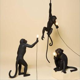 2019 12 monos Moderno Mono Negro Cuerda de Cáñamo Colgante Ligero Moda Arte Simple Replicas Nórdicas Resina Seletti Colgante Mono Lámpara LED E27 12 monos baratos