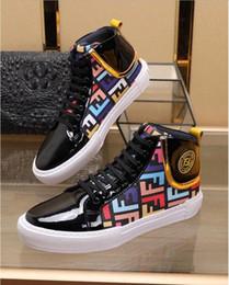 Moda design couro mens sapato on-line-2019 Marca Mens Sapatos de Alta Top com Logotipo Do Metal Casual Design Sapatos de Couro Genuíno Tecido Ao Ar Livre Itália Moda Sapatos Lace-Up Estilo