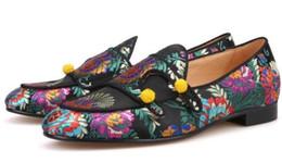 Vestido de boda de seda bordado online-Hombres colores mezclados bordados florales zapatos de la boda vestido de resbalón en los zapatos hechos a mano abotonados hombres mocasines de seda