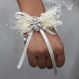 Braccialetti di fiori di nozze online-Papillon avorio Marfim fiori di polso da sposa con perline in rilievo fiori damigella d'onore nastro da sposa corpetti di cristallo fiori da polso