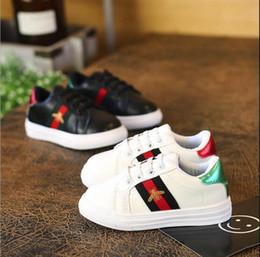 White women s canvas shoes slip on-line-Sapatos femininos das crianças pequenas verão branco meninos sapatilhas pequena abelha bordo sapatos primavera 2019 novo estilo maré malha respirável sapatos