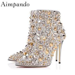 Botas estilo puntera estilo británico online-Lujo lentejuelas Rhinestone Spike remache botas mujer estilo británico tacón de aguja botines mujer punta sexy zapatos de fiesta