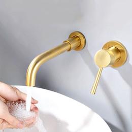 Torneiras frias a quente on-line-Escovado de Bronze Dourado Fixado Na Parede Torneira Da Bacia Único Punho Quente E Fria Mixer Torneira Do Banheiro Na Parede Da Torneira Da Água