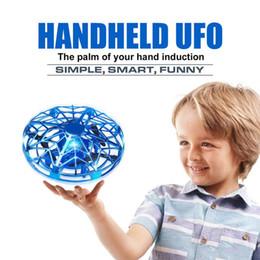 Ufo hubschrauber spielzeug online-Anti-Kollisions-LED Fliegen Hubschrauber Magic Hand UFO Aircraft Sensing Mini Induction Drone UFO Spielzeug für Kinder Elektro-elektronisches Spielzeug