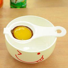 кухонные перегородки Скидка Кухонные аксессуары длинная ручка пластиковые утечка яйцо белый инструмент желток сепаратор Белый желток фильтрация изоляции яйца делители DH0059