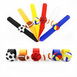 Volleyball-armbänder online-6 Arten Soccerball Slap Snap Armband Armband Sport Basketball Volleyball Armband Jungen Mädchen Cartoon Fußball Kinder Party Geschenk FFA2278