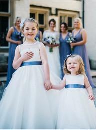 marineblaue brautkleider für kinder Rabatt Hübsche Boho-Blumenmädchenkleider mit dunkelblauer Schärpe Jewel-Ausschnitt bodenlange A-Linie Erste Kommunionkleider für die Strandhochzeit