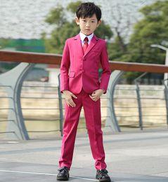2019 chaqueta de traje rosa para niños Boy Suit Notch Lapel Custom Made Pink Kid Suit Boda / Baile de graduación / Cena / Ocio / show Traje para niños (Chaqueta + Pantalones + Camisa + Corbata) M1301 chaqueta de traje rosa para niños baratos