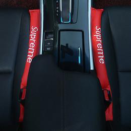 Fundas de coche online-Asiento de coche universal de imitación de cuero Insertos para grietas Rellenos de huecos Funda práctica Espaciador Limpieza automática Ranura Enchufe Cubierta antideslizante Accesorios para automóviles