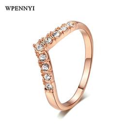 Anéis de ouro requintados on-line-Romântico Exquisite Rose Gold Cor Clássico Em Forma de V Simples Design Zirconia Pavimentada Mulheres Anel de Dedo Atacado Acessórios de Moda