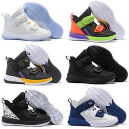 2020 zapatos escolares para niños LeBron Soldado 13 zapatos de baloncesto de Thunder Grey niños XIII Escuela Grado alta calidad Tamaño James Men Deportes Snreakers 40-46 zapatos escolares para niños baratos