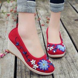 meninas cunhas da bomba Desconto 2018 bordados Mulher Sandálias Vintage Casual Bomba lona de linho Wedge Sandals Verão Meninas Med Heel Plataforma sapatos respirável