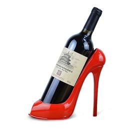 Adornos tacones altos online-Creativo zapatos de tacón alto estante del vino poner piezas de decoración del hogar europeo adornos para gabinetes de vino marco de uva resina
