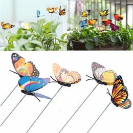 Piante da giardino a colori online-Farfalla Garden Stake Artificial Party Decorazioni da giardino Simulazione Farfalle Stakes Outdoor Yard Plant Lawn Decor Colore casuale