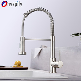 Misturador de pia de aço inoxidável on-line-Primavera escovado Kitchen Sink Faucet Pull Down Pulverizador Bico Single Handle Faucet Mixer Hot Fria Stainless Steel T200423 Modern