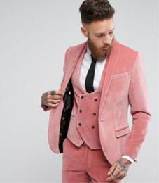 Fotos de vestido rosa online-Custom 3 fotos moda invierno novio vestido de novia Slim Fit Pink terciopelo hombres smoking traje chaqueta + chaleco + pantalones
