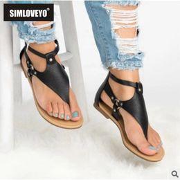 b2c30a9b79 SIMLOVEYO 2019 legal das Mulheres sandálias Senhoras sapatos Planas com  rebites Pretos Fivela Com Zíper Tamanho grande 33-43 calçado cusual verão