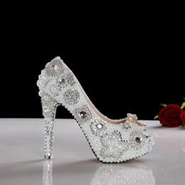 2019 zapatos blancos abiertos de la boda de la perla Precioso tacón alto blanco punta abierta perla zapatos de boda vestido de dama zapatos de moda zapatos de fiesta Club zapatos blancos abiertos de la boda de la perla baratos