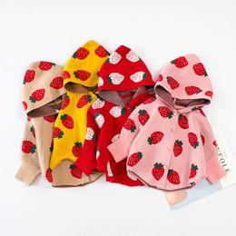 Ponchos de punto para niños online-Escudo del suéter del bebé Outwear Trajes Niños manga del palo de fresa Impreso Poncho con capucha niños que hace punto del cabo del abrigo de ropa linda de los niños M441