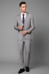 Imágenes de esmoquin para hombre online-Light Gray Wedding Tuxedos Slim Fit Trajes para hombres Padrinos de boda Traje de dos piezas Prom baratos trajes formales (chaqueta) Imagen real