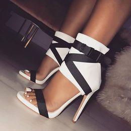aberto, dedo alto, fino, calcanhares Desconto Novas Mulheres Designer de Sandálias de Salto Alto Dedo Do Pé Aberto De Couro Pu Sandálias de Alta Fina Sapatos de Luxo Senhoras de Moda Fivela de Salto Alto Sandálias