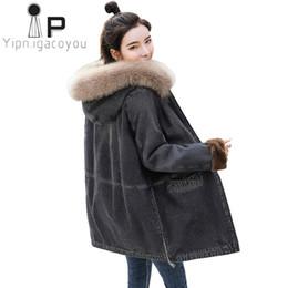 2019 дамские длинные джинсовые куртки Зима длинная джинсовая куртка женщины теплая верхняя одежда большой меховой воротник с капюшоном джинсы куртка женщины овчины пальто плюс размер дамы пальто дешево дамские длинные джинсовые куртки