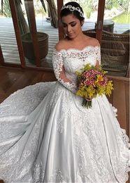 2019 vestidos brancos pretos da recepção de casamento Winsome Tulle Satin Off-a-ombro decote vestido de baile Vestidos de casamento com contas renda apliques de manga longa vestidos de noiva vestido de novia