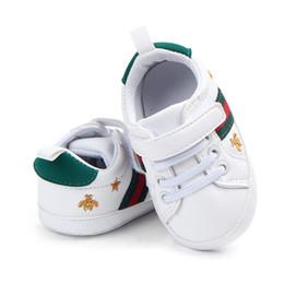 Venta al por mayor Mocasines para niños pequeños Zapatos de cuero de la PU Zapatos de primera caminador Suela suave Bebé niñas niños zapatillas de deporte Zapatos Prewalker infantil desde fabricantes