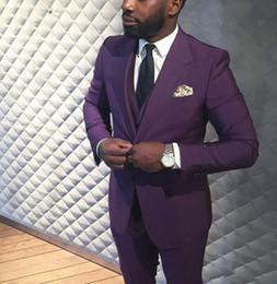 2019 фиолетовые галстуки Handsome Two Buttons Dark Purple Groom Tuxedos Groomsmen Notch Lapel Mens Suits Blazers (Jacket+Pants+Vest+Tie) W:1258 дешево фиолетовые галстуки