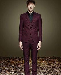 terno borgoña Rebajas Burgundy Notch Lapel One Button Jacket + Pants + Vest + Tie Fashion Terno Masculino Disfraz Homme Hombres elegantes trajes Formal guapo