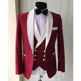 2019 Bordo Düğün Erkekler Suits Beyaz Şal Yaka Üç Parçalı Ceket Kruvaze Yelek Pantolon Slim Fit Damat Smokin nereden