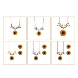 Комплекты ювелирных изделий для подсолнечника онлайн-Fashion Sunflower Leaf Pendant Necklace Earrings Set Woman Jewelry Chain Necklace Clothes Accessories Glass Jewelry Sets