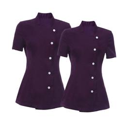 2019 esteticistas uniformes 2 Piezas Elegante Lady Salon Spa Belleza Esteticista Peluquerías Uñas Abrigo de trabajo Púrpura Uniformes M L esteticistas uniformes baratos