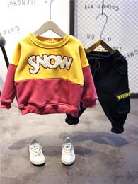 Juego de ropa de acción de gracias para niños de WLG para niños boutique de terciopelo de invierno de invierno para bebés carta informal con capucha impresa y conjunto de pantalón desde fabricantes