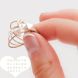 Le lettere anelli di dito online-Anelli a cuore minuscoli iniziali a forma di lettere personalizzate A-Z 26 lettere timbrate personalizzate per le donne Colore oro Anelli Anelli all'ingrosso