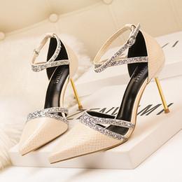 Женщины 10см шпильках высокие каблуки джинсовые сандалии леди сексуальные свадебные туфли на высоком каблуке женские туфли на каблуках Scarpins синие атласные шелковые мулы обувь z696-10 от