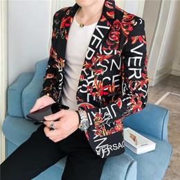 Vestiti unici adatti online-Disegni unici Costume da smoking Giacca da uomo Giacca slim fit Lettera Stampa floreale Abito Giacca da uomo bianca Bianco nero