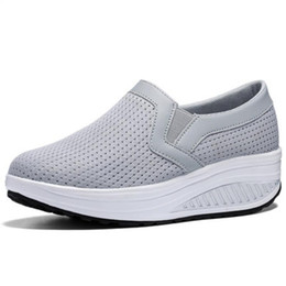 Incunea le scarpe sportive online-Hot Sale-donna traspirante Mesh Casual Shoes Altezza crescente Shoes dondolo Sport Wedge Sneakers Moda Donna Scarpe Piattaforme