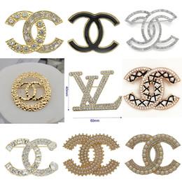 Top Crystal Fashion Broches Letter Marca de luxo jóias broche Pinos qualidade broche de Mulheres presente Hot Sale de Fornecedores de atacado chaveiros coreia