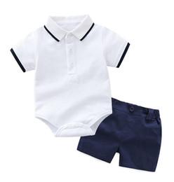Caballero bebé ropa de manga corta online-Summer Baby Boys Caballero Ropa de rayas con rayas de algodón de manga corta mamelucos camisas + pantalones cortos + pajarita 3pcs / set