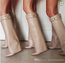 Scarpa da donna bootie online-Moda inverno scarpe a punta doppia cuneo cavaliere donne scarpe in pelle ginocchio alto blocco di metallo moto bootie