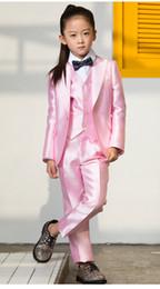 розовый костюм для галстука-бабочки Скидка 2019 Дешевые смокинги для мальчиков Красивые костюмы для ужина для девочек Формальные костюмы для мальчиков Смокинг для детей Смокинг (куртка + брюки + галстук + жилет) A04